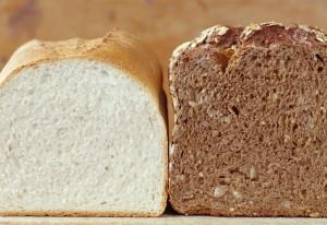 Ψωμί λευκό και ψωμί ολικής άλεσης (photo credit: http://intelliwiser.com)